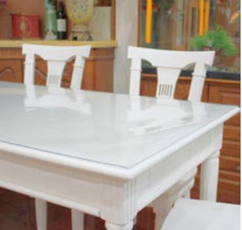 Прозрачная накладка на белом столе