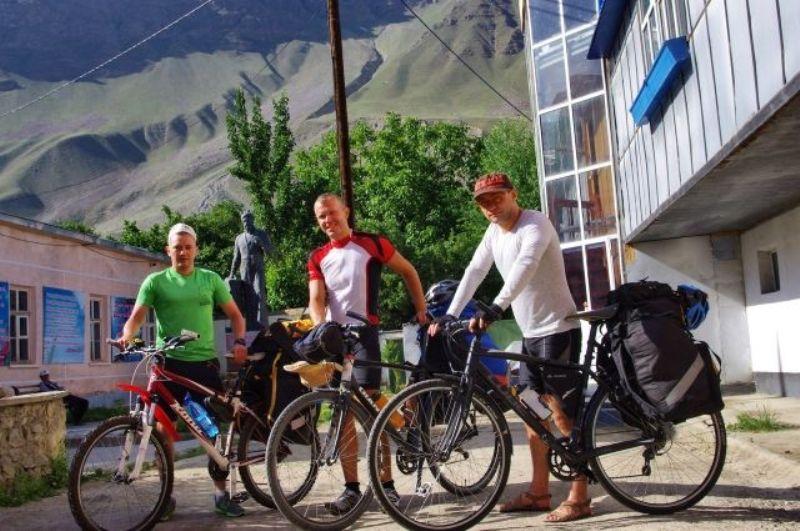 Трое на велосипедах