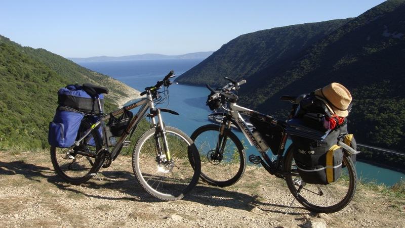 Два велосипеда с рюкзаками