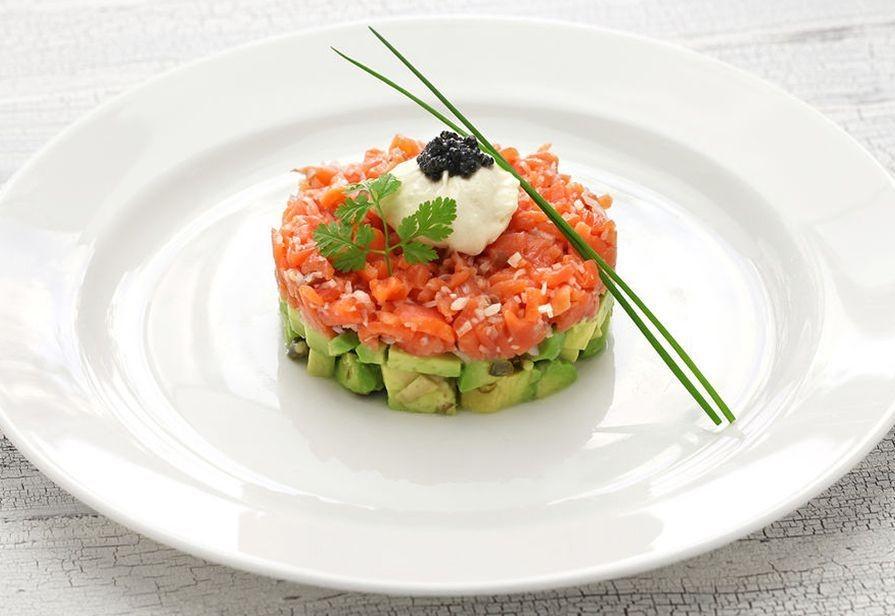 Тартар из копченого лосося с авокадо, фото