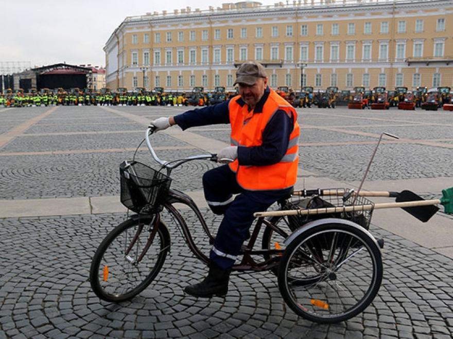 dvornik-na-velosipede-spb.jpg