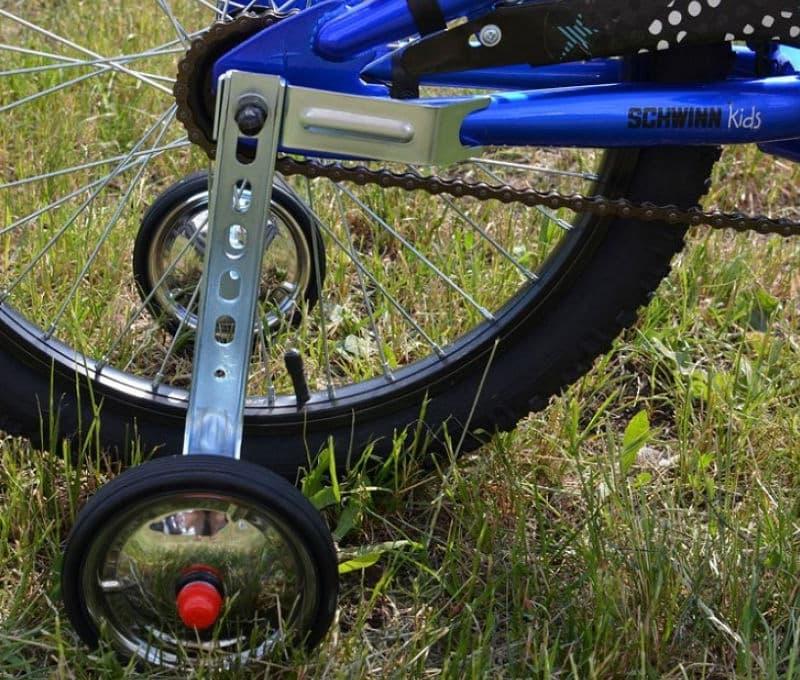 Крепление стойки боковых колес к детскому велосипеду