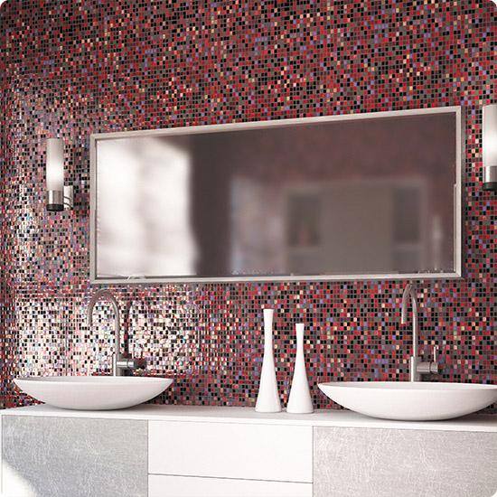 Практичная мозаика на стене в санузле