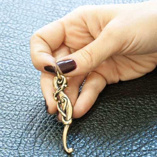 Кельтская бронзовая ветвь волшебства на руке.