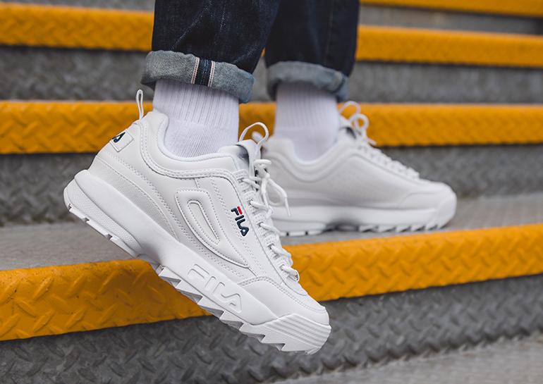 Мужские кроссовки Фила белые на ноге