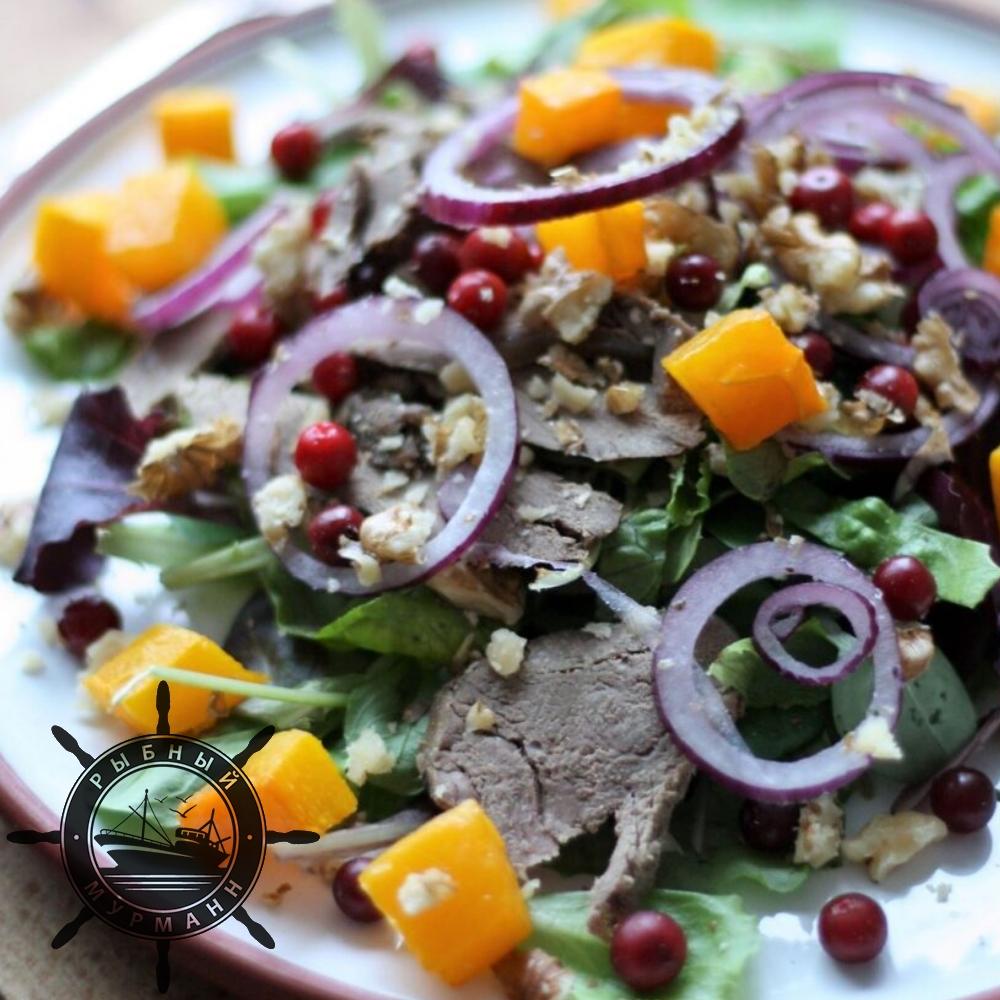 Салат из оленины и тыквы с брусникой