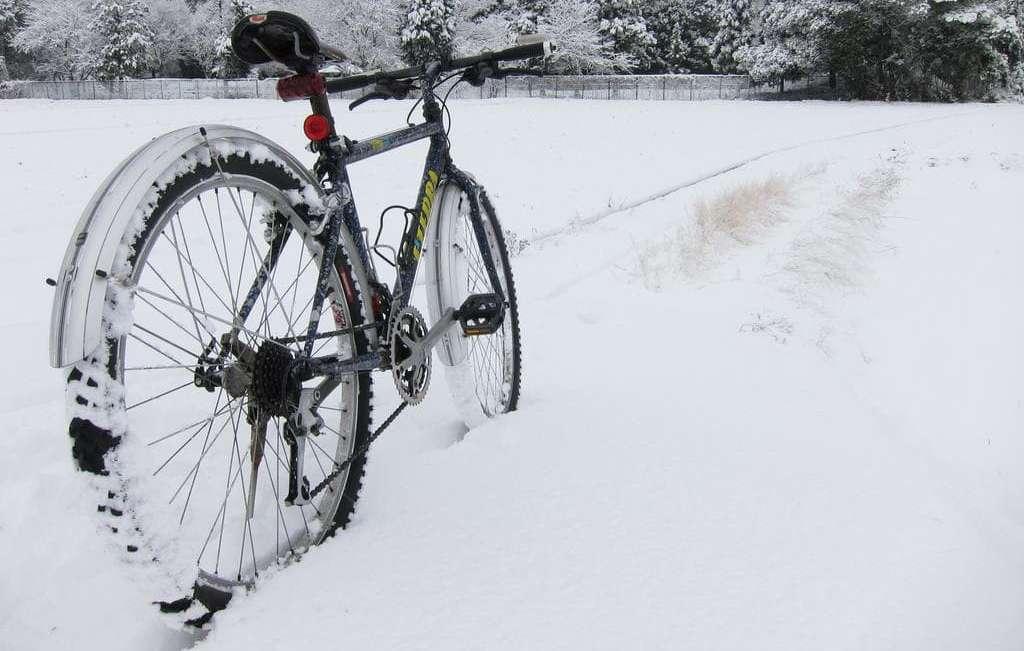Велосипед зимой: как ездить по снегу