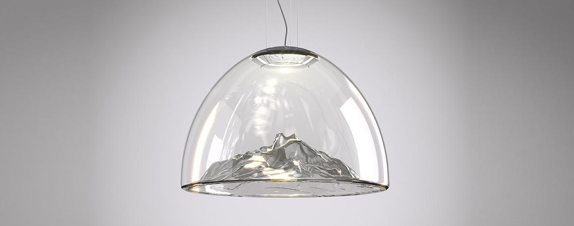 Mountain View – еще одна яркая идея Димы, воплощенная фабрикой Axo Light. Будто романтичный стеклянный сувенир, большой «снежный шарик», светильник играет гранями и формами, создавая в воображении живописную картинку. Игривый, но в то же время и величавый, Mountain View займет достойное место в современных интерьерах, когда будет введен в постоянное производство. Первая реализованная версия этого прототипа была показана на последней миланской выставке Euroluce.