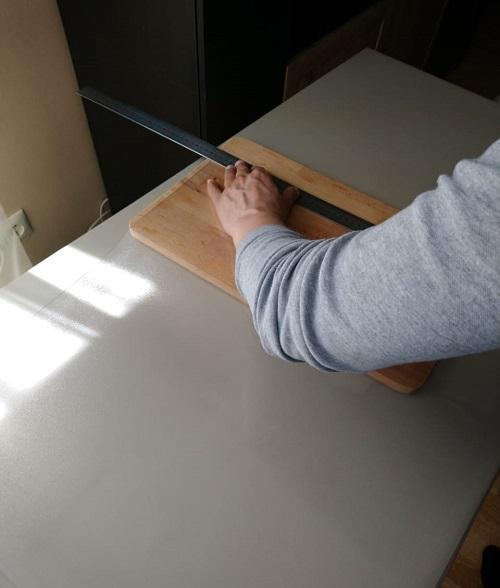 Прикладываем линейку к линии отреза гибкого стекла