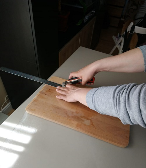 Обрезаем мягкое стекло по форме стола