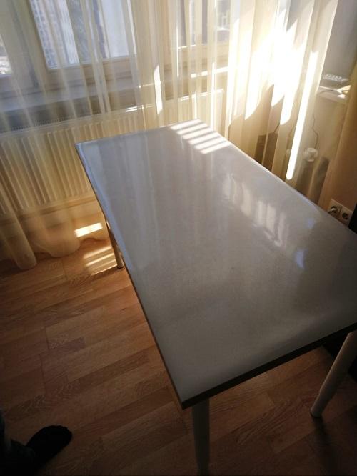 Рифленная скатерть на белом столе