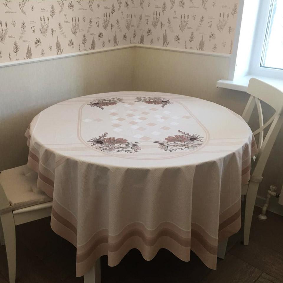 прямоугольная скатерть на круглом столе