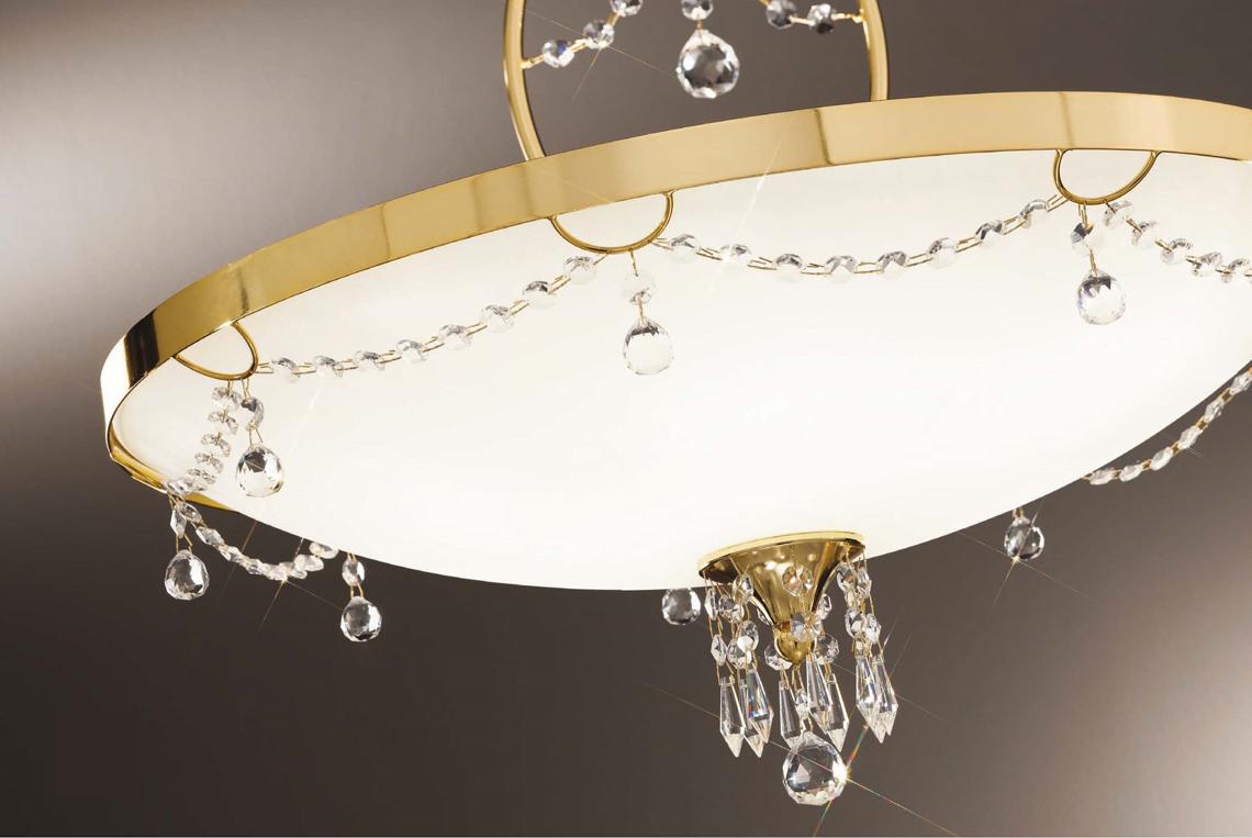 Разнообразие стильных дизайнерских моделей позволяет подобрать наиболее подходящий светильник для каждого помещения. Для обустройства гостиной, кухни и спальни, как правило, используют подвесные модели. Наиболее актуальным является применение таких светильников в комнатах с высокими потолками. Светильник-тарелка может изготавливаться как в классическом, так и в современных стилях. В последнем случае он оформляется декоративными элементами: ободом вверху и наконечником в нижней части. Современные модели обычно лишены украшений. Нестандартные формы плафонов и без яркого оформления откладывают неповторимый отпечаток в дизайн интерьера.