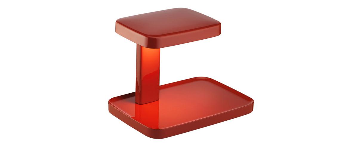 Flos: Piani  Современная настольная лампа очень простой, но удобной формы. Нижняя плоскость – база светильника – выполняет функцию поддона для мелочей (или наоборот: на ней можно размесить какой-нибудь маленький предмет, который словно окажется на сцене в свете софитов). Настольная лампа предлагается в 2 размерах и 4 цветах: белый, черный, красный и травяной зеленый.