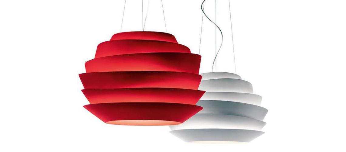 Светильник Foscarini Le Soleil Легкий и жизнерадостный, Le Soleil отлично подходит для освещения небольших помещений – гостиных, детских, кухонь. Специальный пластик на основе поликарбоната не рассеивает, а направляет свет вверх и вниз, за счет чего освещение получается достаточно мощным и равномерным. Подвесной и настенный светильники выпускаются в белом, красном и аквамариновом цветах.