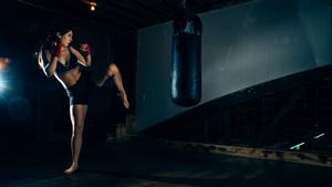 Фото тренировки девушки с боксерской грушей