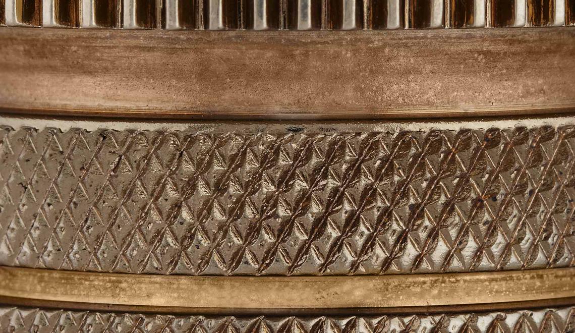 Новинка от Тома Диксона, который не изменяет своему любимому материалу – полированному металлу: меди, золоту, латуни. Коллекция Cog – это небольшие подвесы  из покрытых латунью алюминиевых деталей. Светильники из этой коллекции помогут перенести  брутальность мастерской в домашний интерьер. Предлагаются в трех формах: Cog Stack, Cog Dome и Cog Cone.
