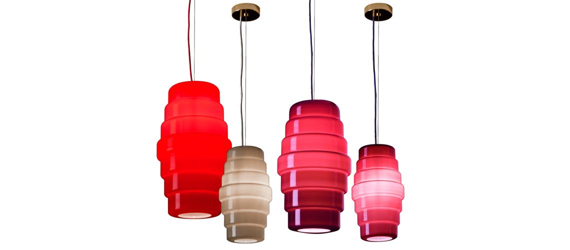 Venini Светильник Zoe – это волшебный фонарик из опалового стекла, сосуд для эмоций и желаний. Опаловое стекло, идеально глянцевое снаружи, но однородное и плотное, рождает поразительные эффекты. Оно одновременно отражает, прячет и, в то же время, открывает лучи света, исходящие от лампочки внутри светильника. В коллекции представлены 2 настольные лампы и 2 подвеса, каждый из которых может быть серым, красным или пурпурным.