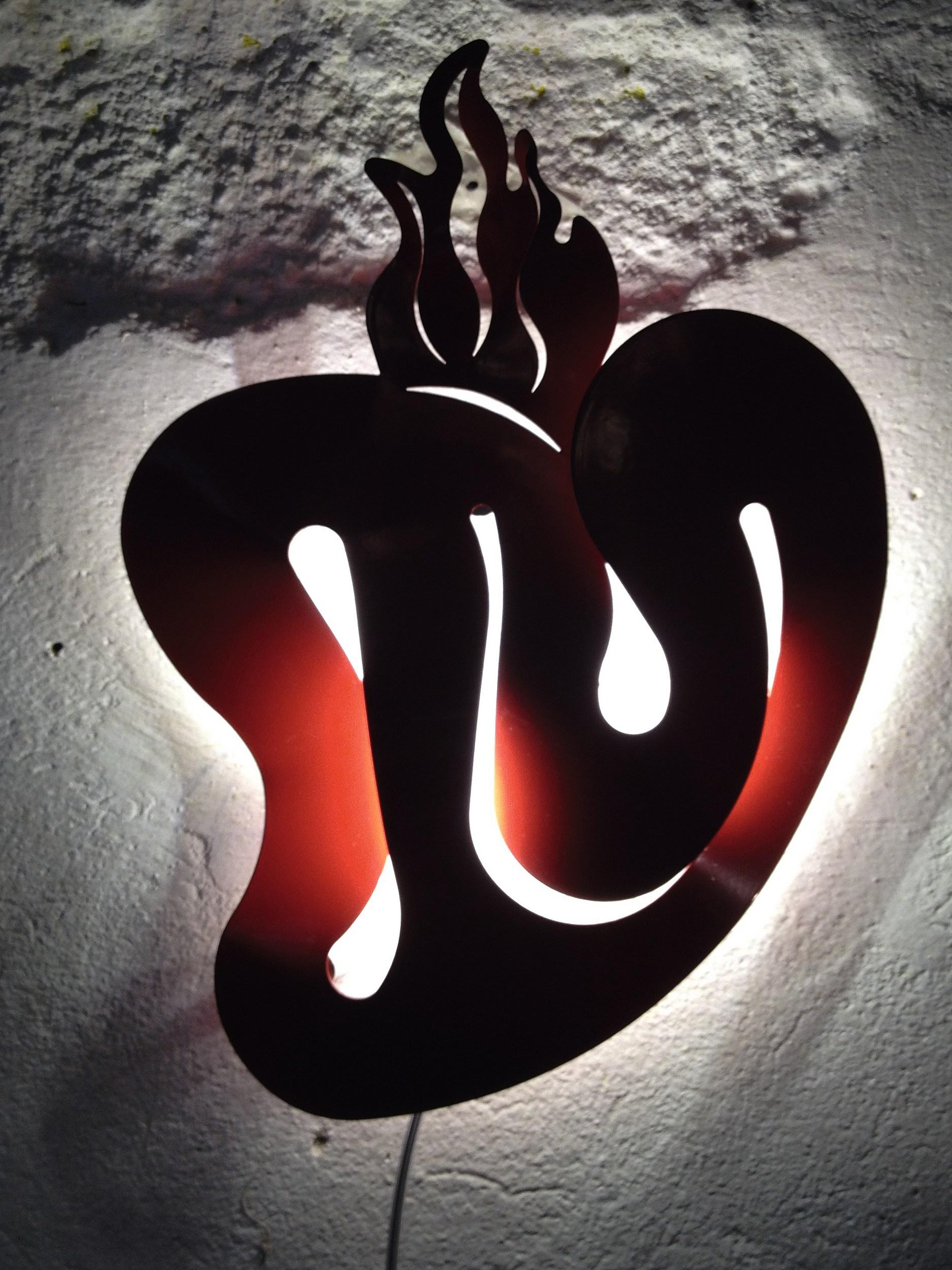 Коллекция включает бра в трех различных исполнения. Это красное сердце. Оно символизирует верность, преданность и страсть. Мужчина из меди – воплощение честолюбия, мужества и мудрости. Женщина из чистого золота – источник жизни и хранительница домашнего очага. По словам создателя, дизайнерский светильник должен быть прежде всего комфортным для повседневного использования. А форма, в которую он при этом облекается – исключительно плод фантазии.