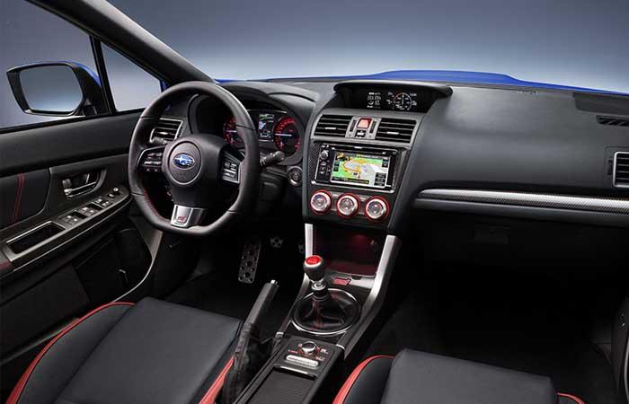 Отделка салона Subaru WRX STI выполнена в черно-красных цветах кожей и алькантарой
