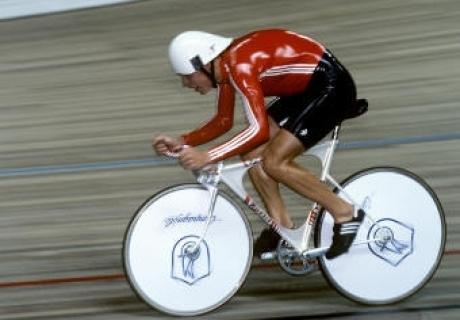 Велошлем на гонщике
