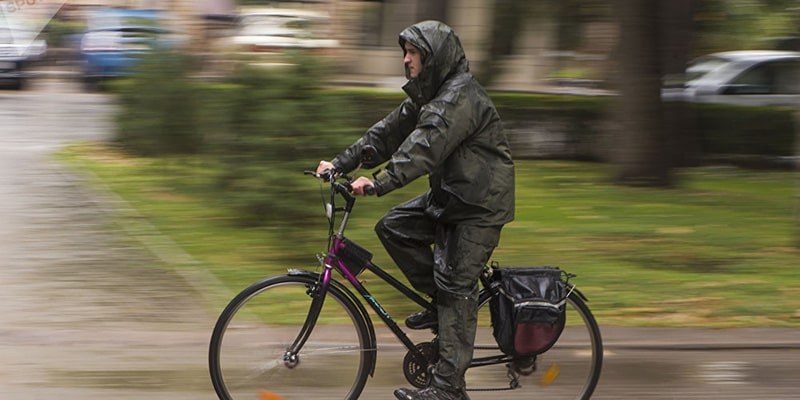 Велосипедист під дощем