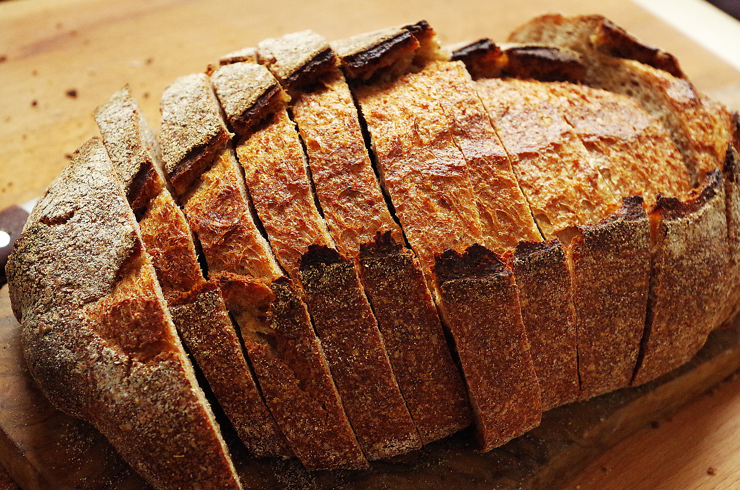 разрежьте хлеб