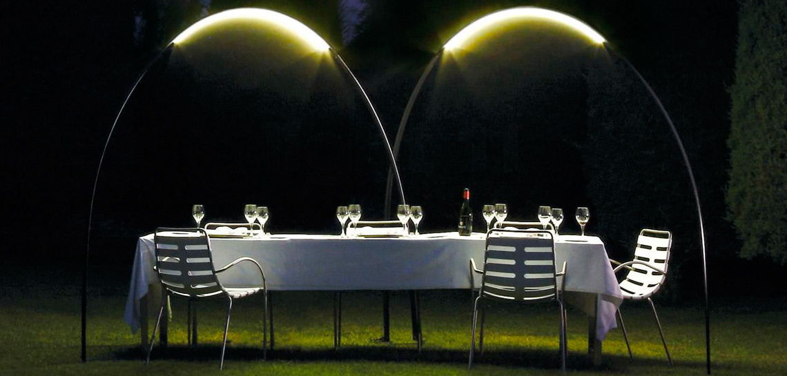 Уличное освещение - вечернее очарование сада  Ландшафтное освещение – благодатное поле для множественных экспериментов, ведь современный ассортимент светотехники предоставляет неограниченные возможности в осуществлении сложных пространственных форм. Как приятно выйти в сад, который переливается мягким светом, чтобы насладиться волшебной атмосферой и чистейшим воздухом.