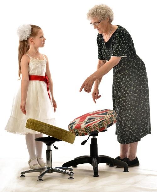 Бабушка подбирает стул для осанки ребенка