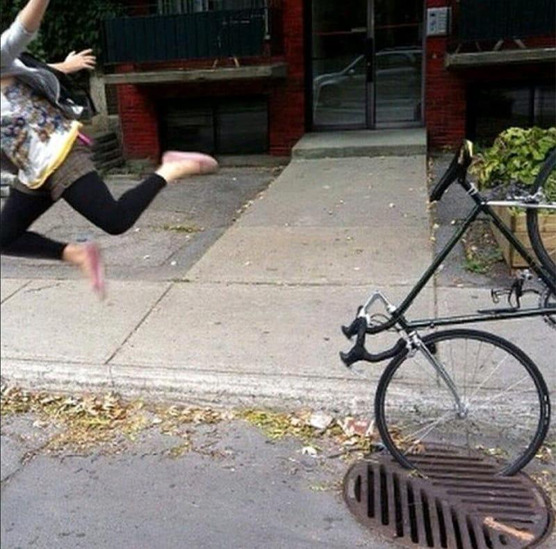 Колесо велосипеда потрапило в решітку водостоку