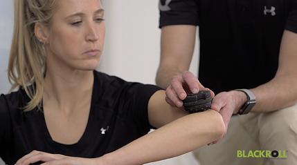Ліктьовий масаж масажером BLACKROLL