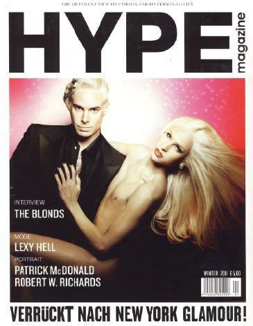 Электрик-синий клатч Эмма Браун в журнале Hype