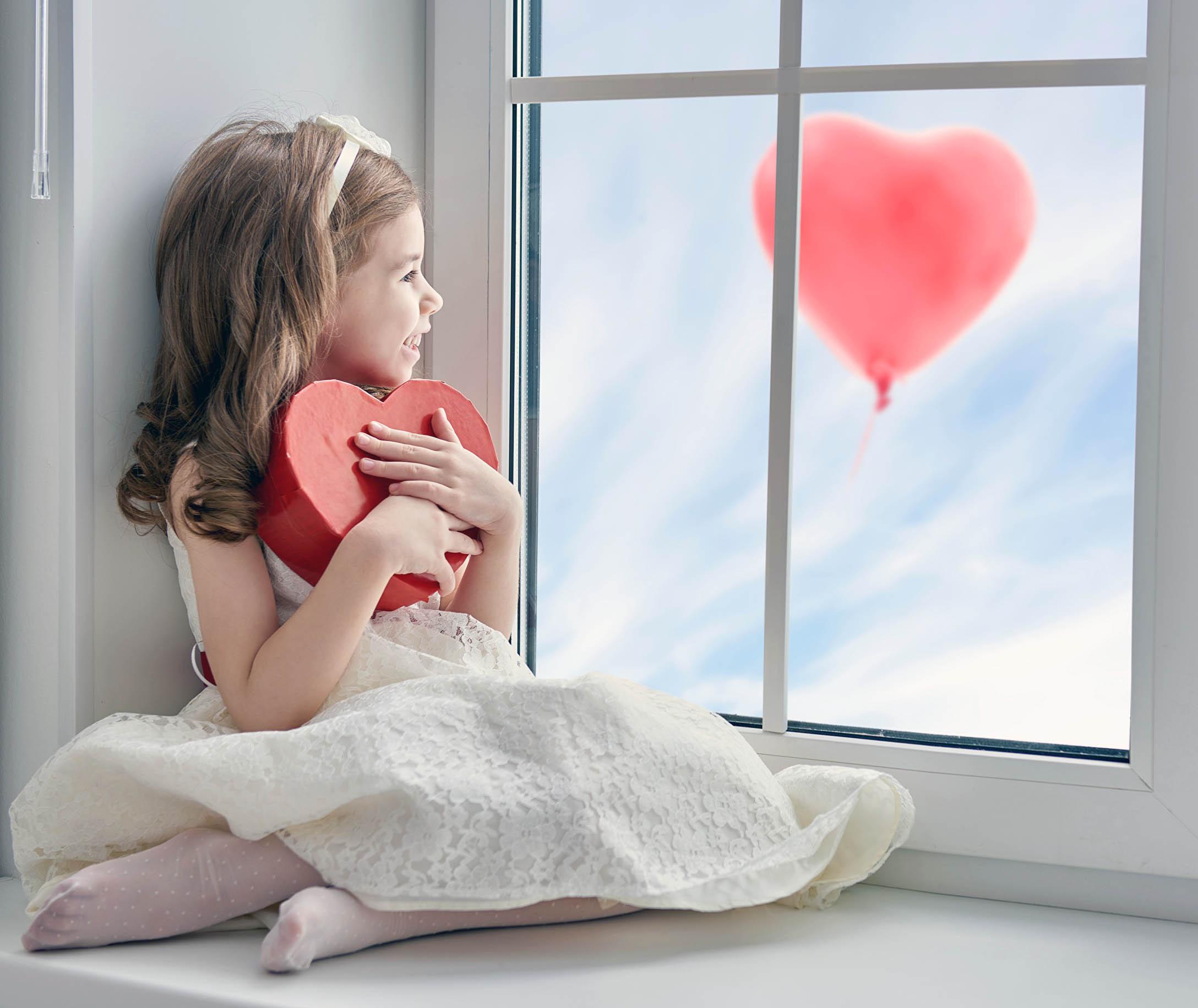 девочка на окне