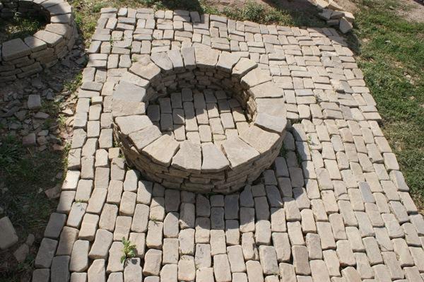 Очаг с площадкой из брусчатки каменной