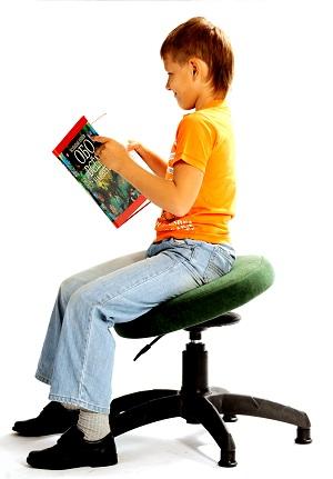 Чтение книги на танцующем стуле