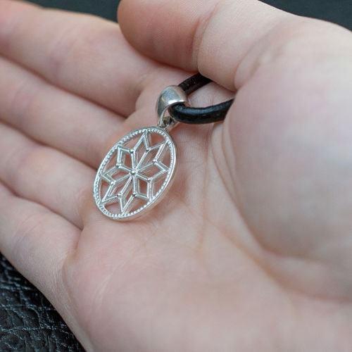 Серебряная звезда Сварога оберег 925 пробы на ладони