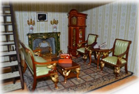 Кабинет с камином и мебелью из красного дерева