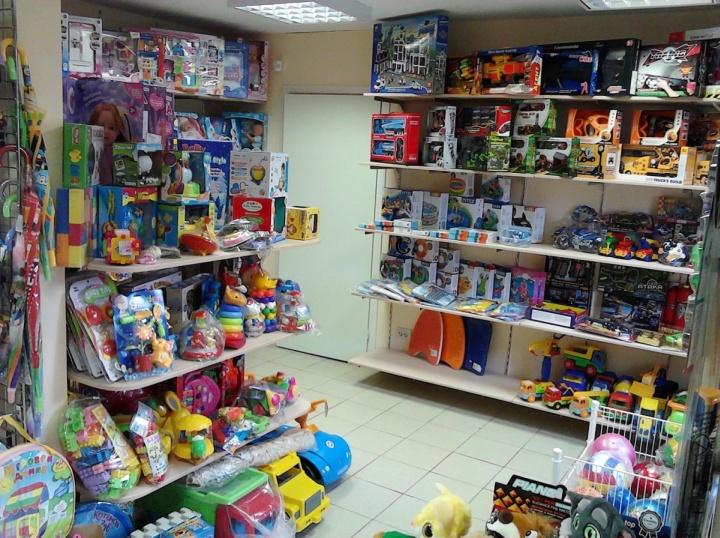 В магазин игрушек желательно брать продавцом человека, имеющего своих детей