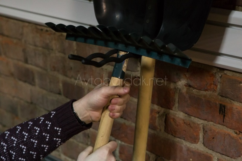 Крепление для хранения лопат и грабель купить