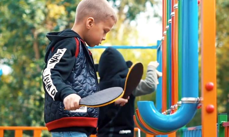 Мальчик с ракеткой для игры на пан-флейте