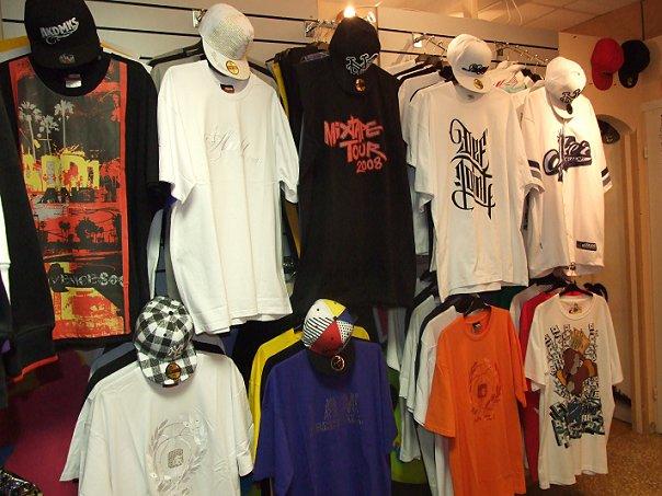 Стенд с футболками Newrap фото
