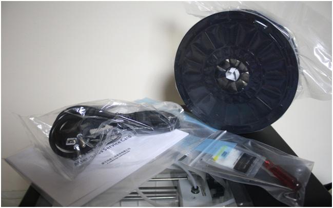 Комплектация у принтера не отличается изобилием, только все самое необходимое: