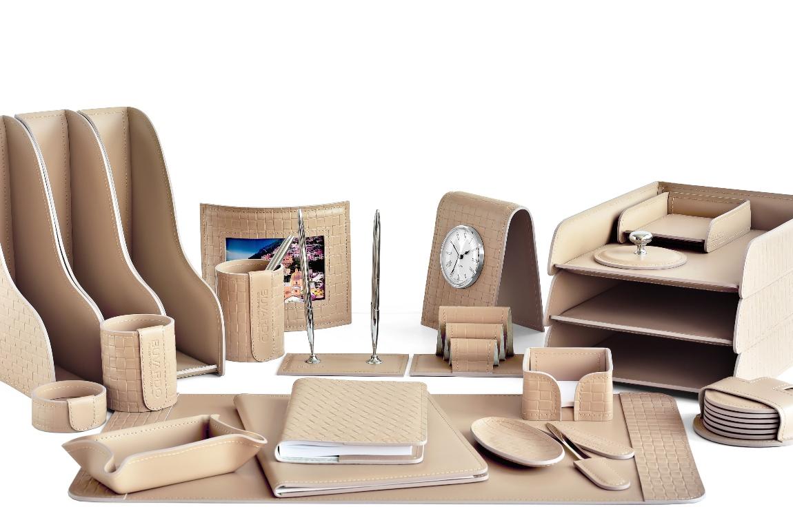 дорогой бежевый кожаный набор в кабинет директора