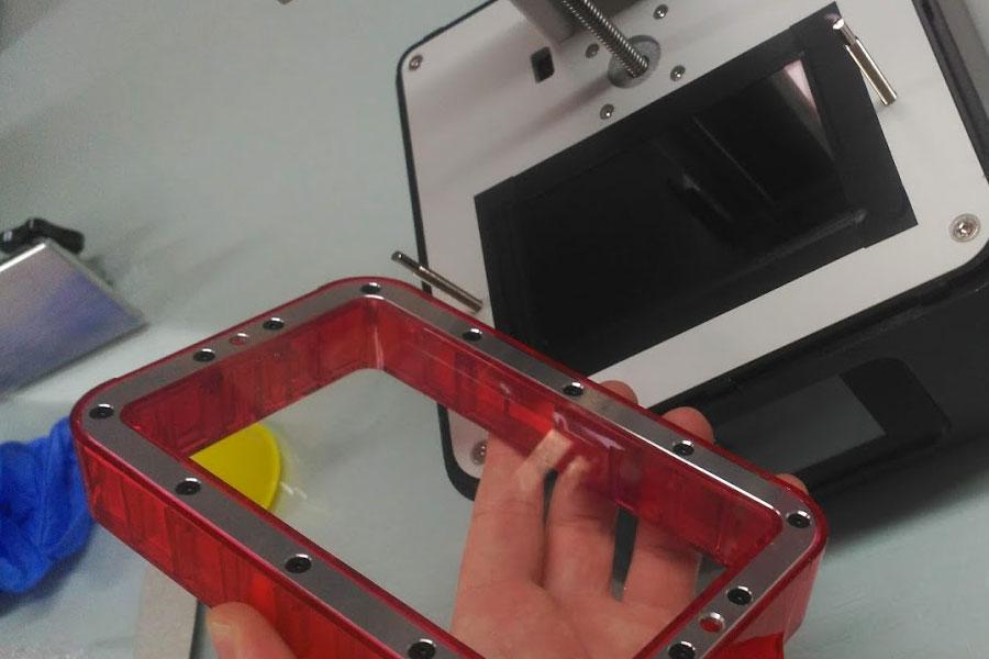 Как и во многих других ванночках для полимера с ФЭП, пленка натягивается фиксируемой болтами металлической пластиной