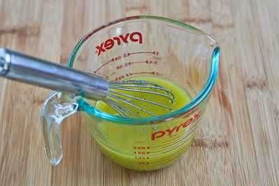 Взбиваем лимонный сок с маслом миндаля