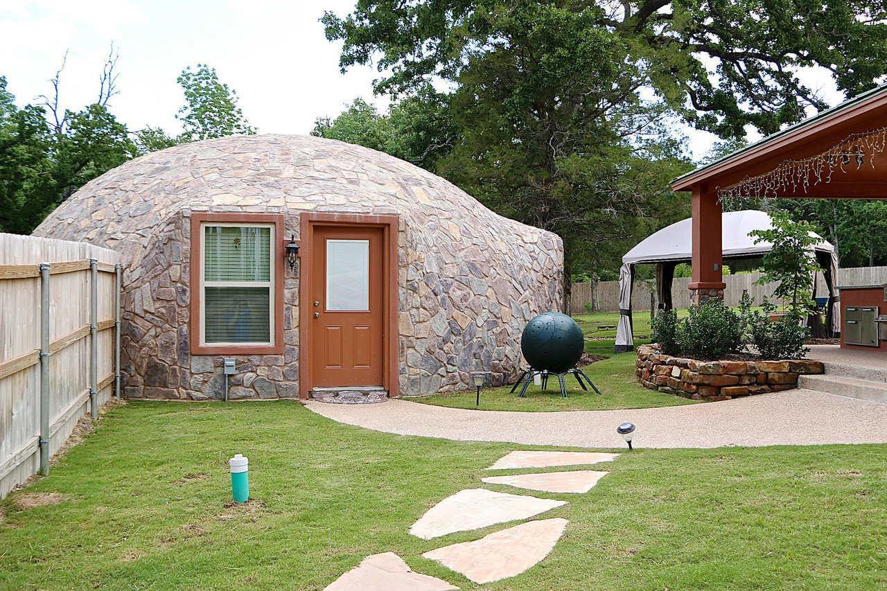 Купольный дом - отделка камнем.