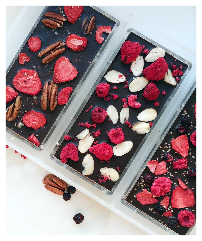 Шоколад с сублимированными ягодами и орехами