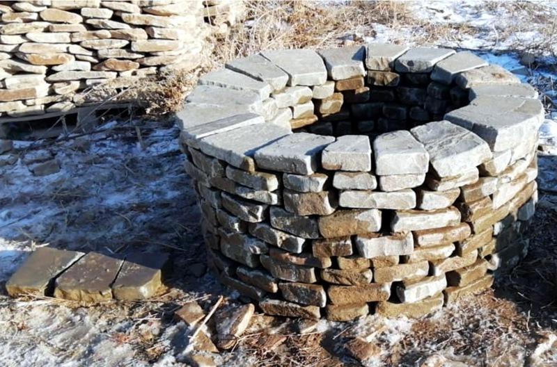 очаг из камня 9 рядов 800мм зимой