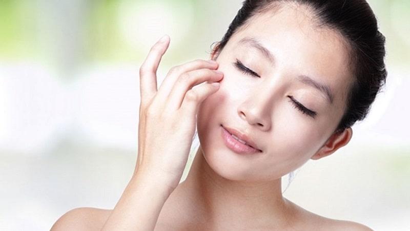 Использование крема для кожи вокруг глаз