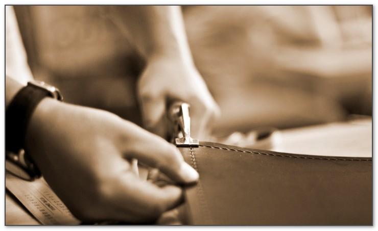 Профессиональными инструментами скрепляем края кожаного бювара.